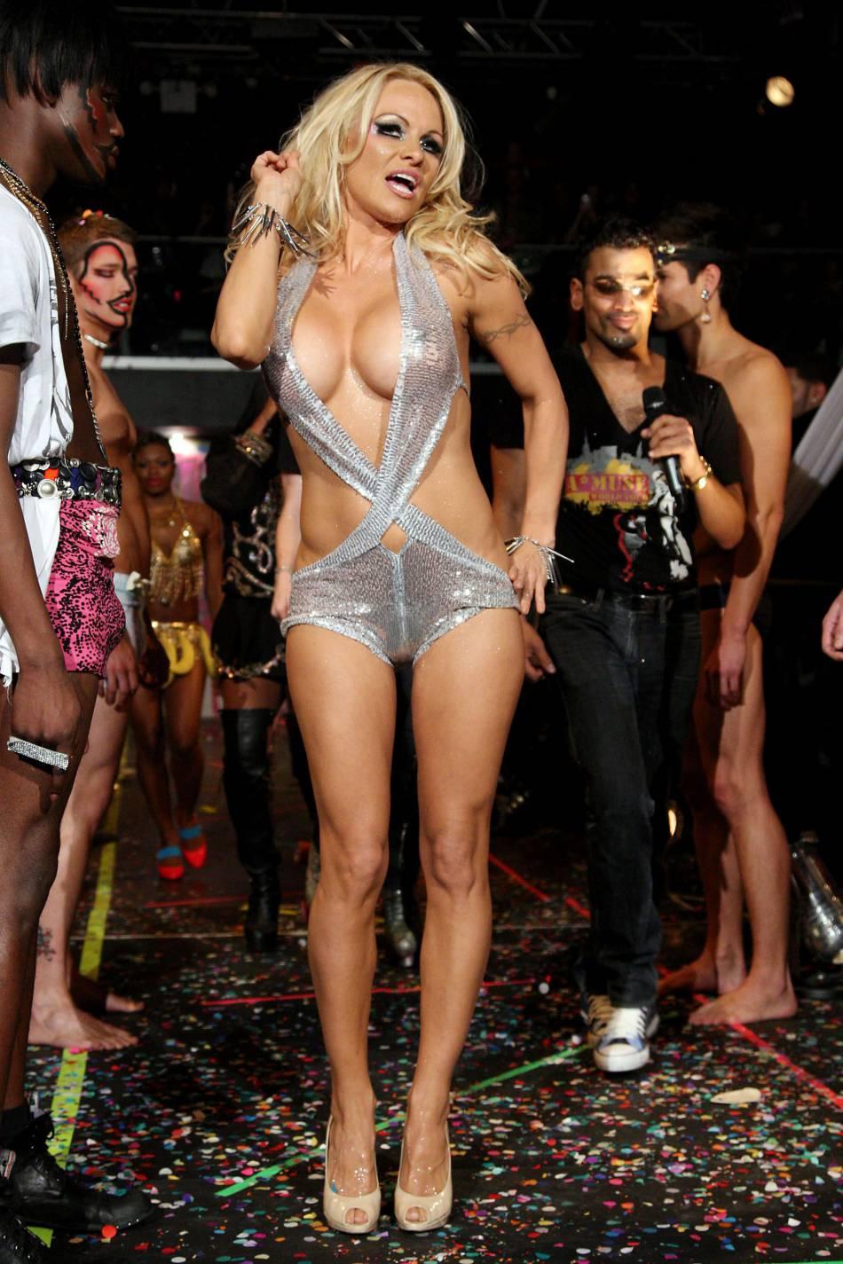 Pamela Anderson nous offre du sex-appeal pour Noël.