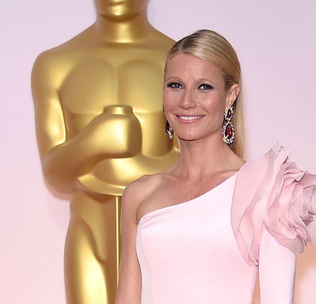 Gwyneth Paltrow, en rose lors de la dernière cérémonie des Oscars. Cette couleur lui va à merveille et peut-être qu'elle ira aussi bien à sa fille Apple !