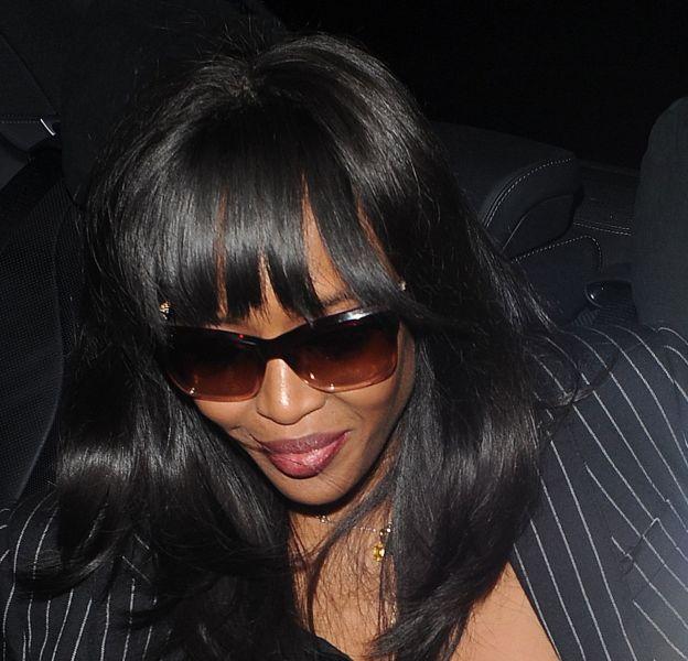 Naomi Campbell laisse échapper un téton en sortant de la voiture pour rejoindre ses copines.