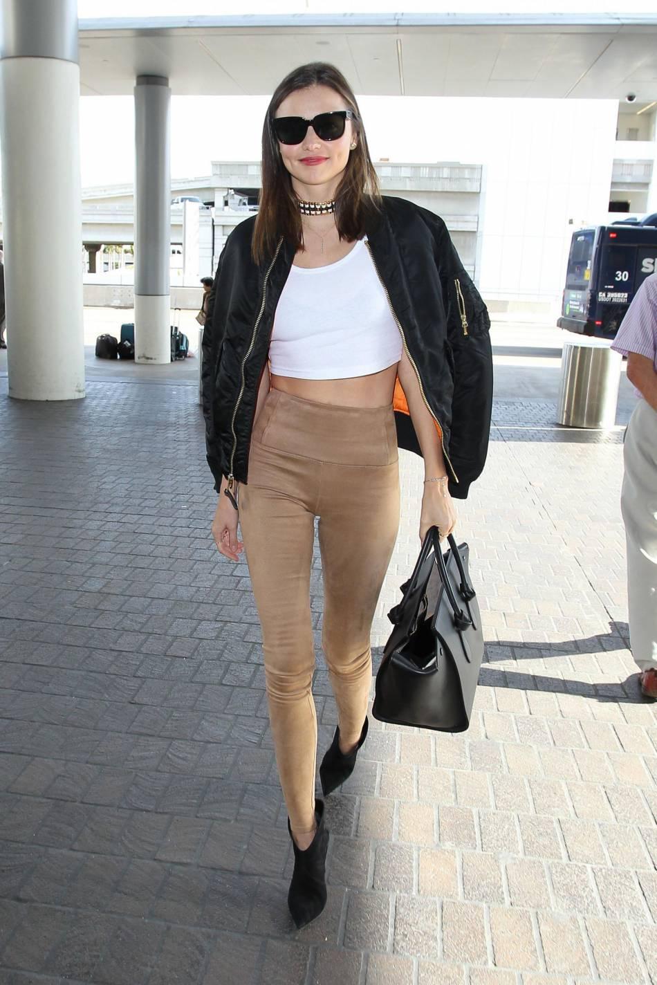 Miranda Kerr traverse l'aéroport de Los Angeles comme si elle était en train de défiler. Un sans faute !