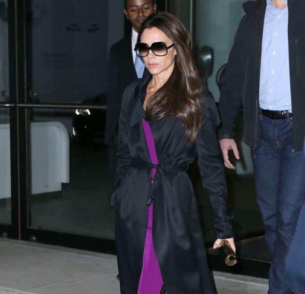 Victoria Beckham, terriblement sexy dans son trench et sa robe/nuisette mauve en plein coeur de New York.
