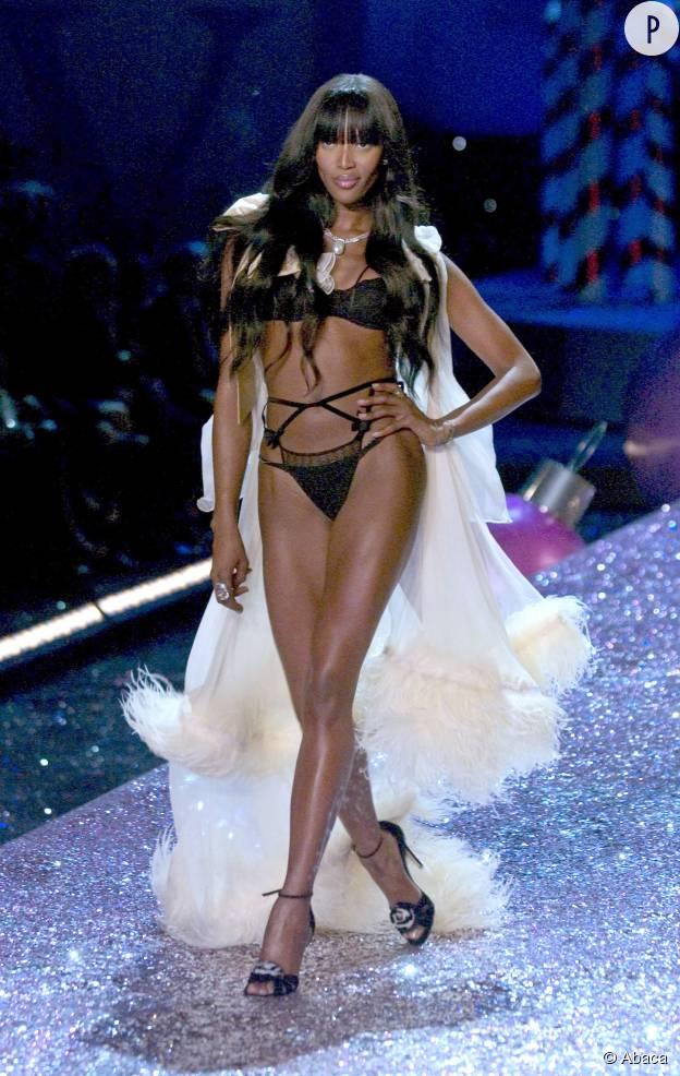 Avec ses jambes musclées, Naomi Campbell rappelle que les formes, c'est sexy auss.