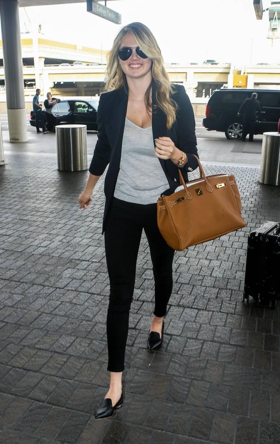 Kate Upton est sublime à l'aéroport de Los Angeles dans son look city chic.