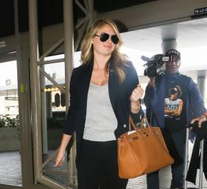 Kate Upton défile à plat devant les paparazzis à l'aéroport de Los Angeles.
