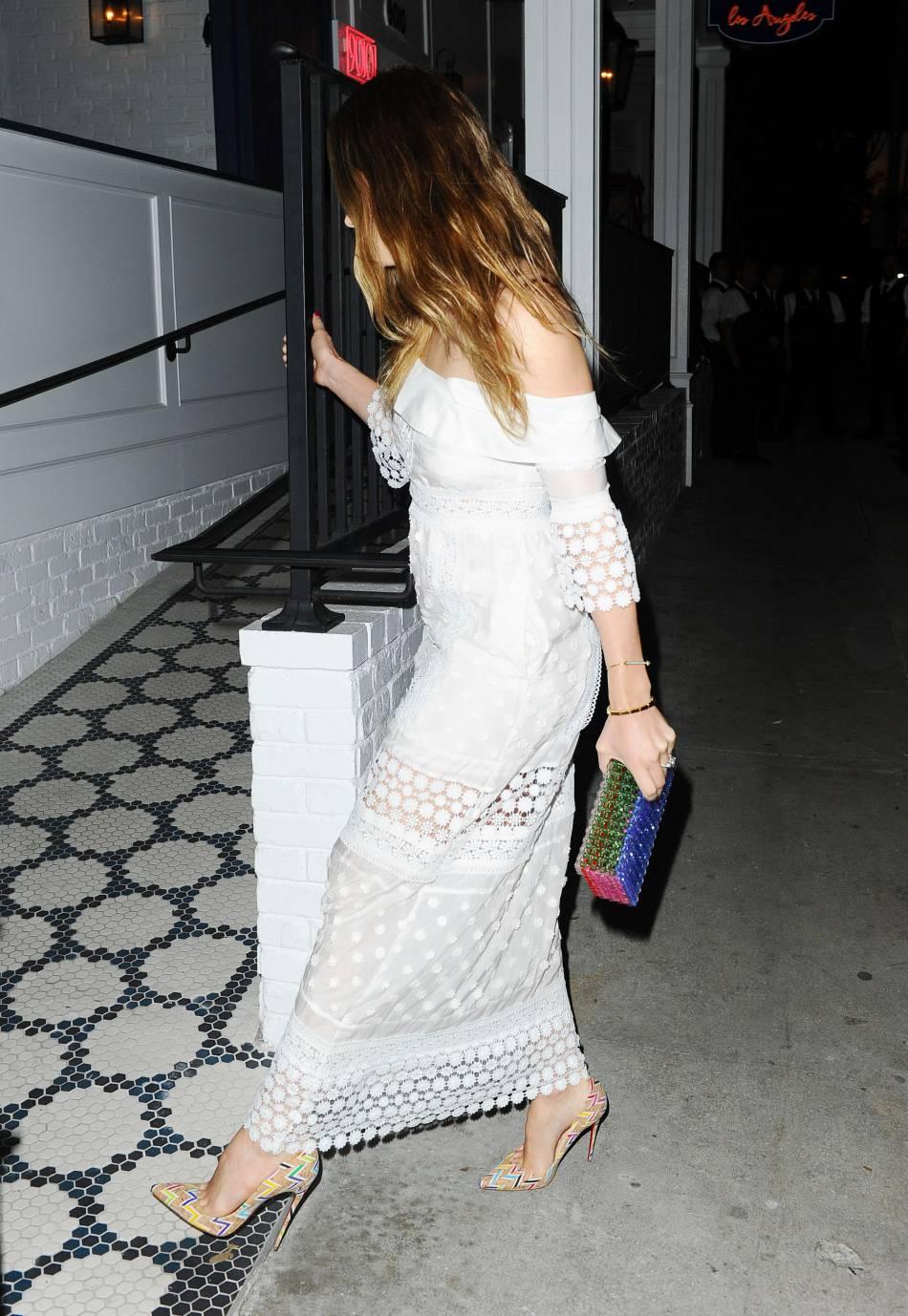 """Jessica Biel opte pour un look """"all white"""" et des accessoires multicolores."""