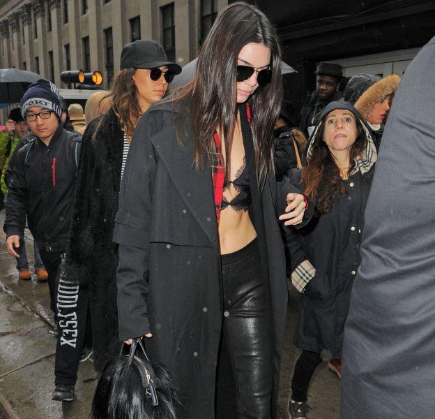 Kendall Jenner arrive au défilé Vera Wang ce mardi 16 février 2016 à New York.