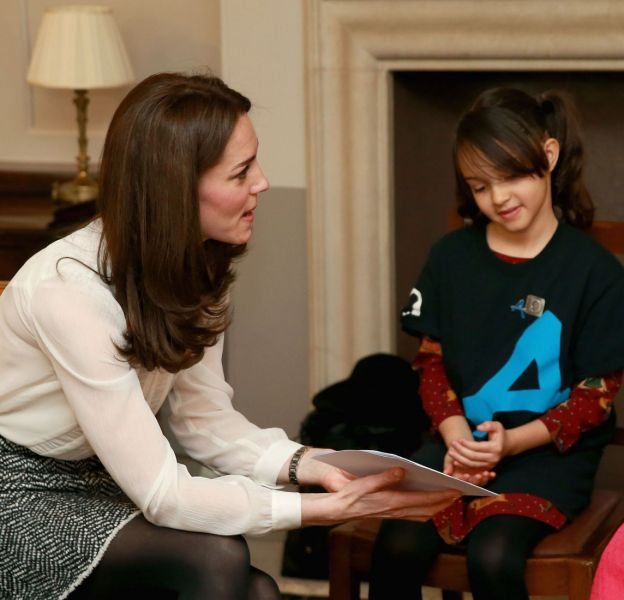 Kate Middleton à l'écoute des enfants dans le cadre de sa journée au sein de la rédaction du Huffington Post.