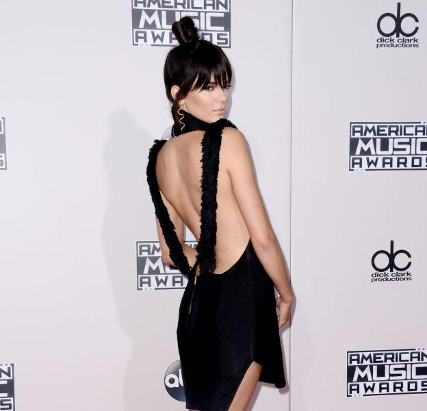 Kendall Jenner dévoile ses fesses musclées et moulées dans un jean pour faire une dédicace à Marc Jacobs.