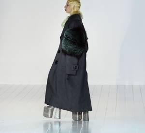 Lady Gaga a l'habitude de marcher avec des chaussures... originales.