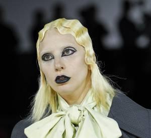 Cheveux ondulés et maquillages très foncé, Lady Gaga était presque méconnaissable sur le podium du défilé Marc Jacobs Automne-Hiver 2016/2017.