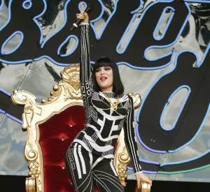 Elle a également continué à se produire sur scène, mais dans un fauteuil.