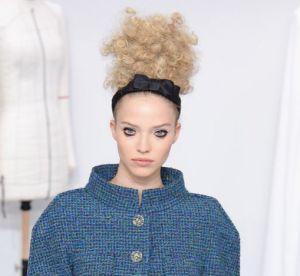 Chanel réhabilite la tendance du bandeau cheveux