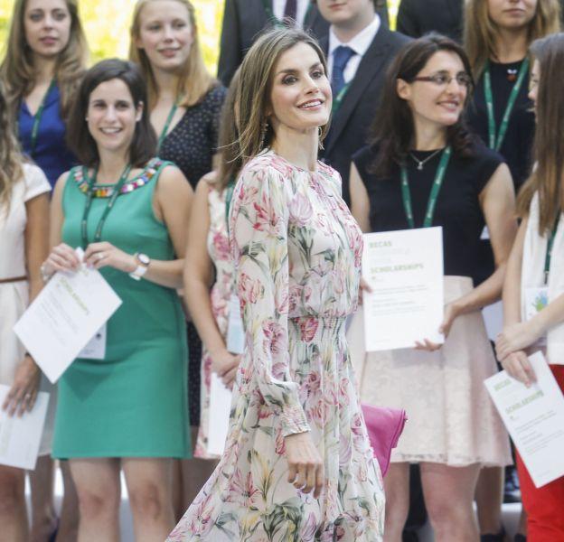 Elle opte pour une robe fleurie de saison.