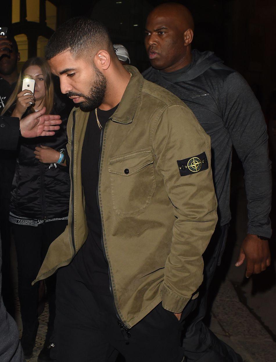 Drake vendredi dernier, en route pour un dîner avec Rihanna.