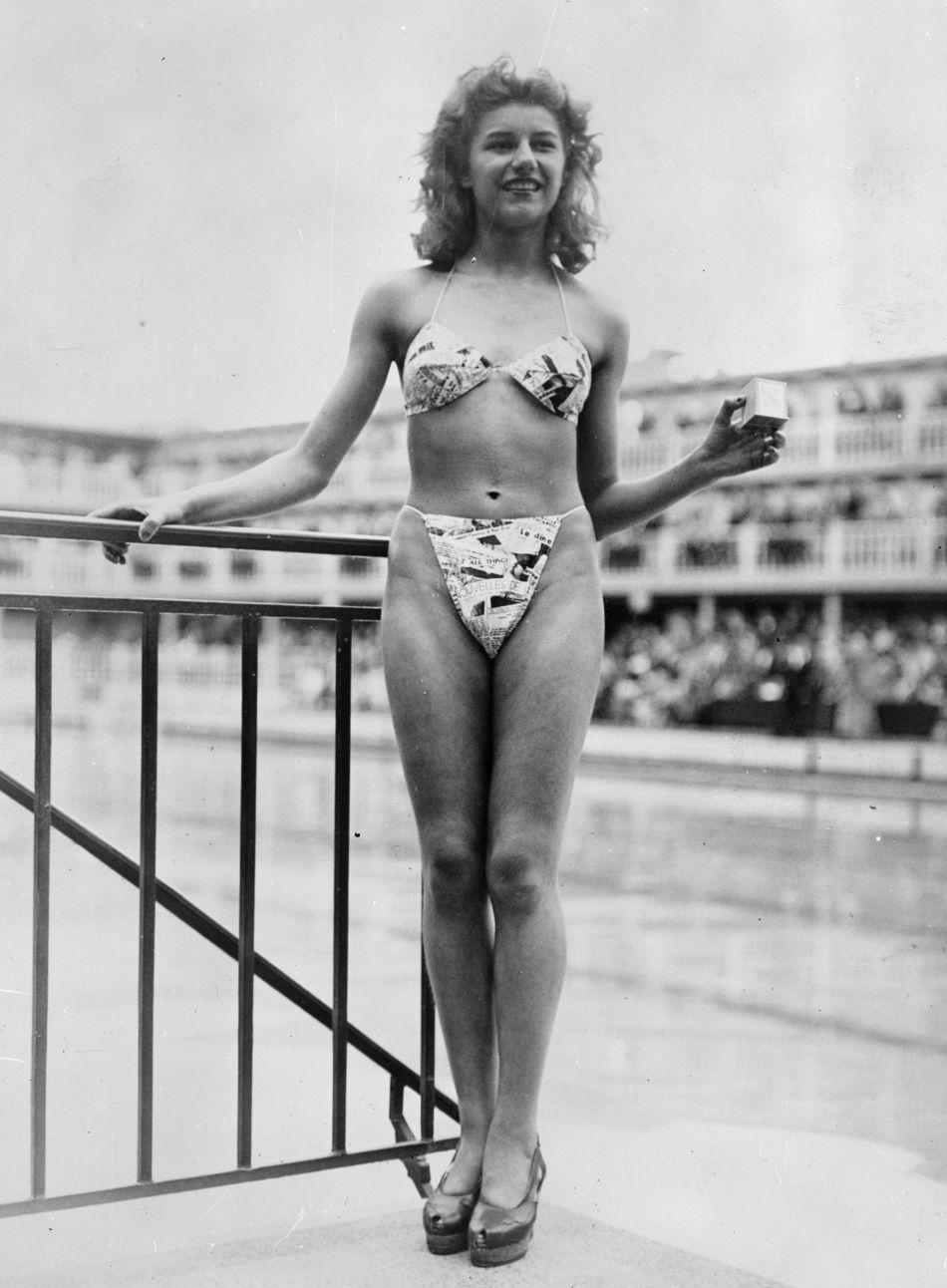 Micheline Bernardini, la danseuse nue du Casino de Paris, porte le premier bikini réalisé en 1946 par Louis Réard.