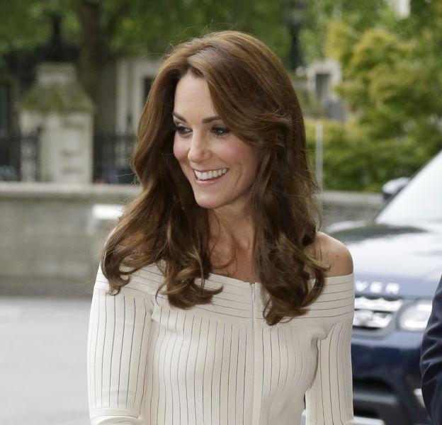 Kate Middleton a choisi une robe couleur crème et moulante pour se rendre au Muséum d'Histoire Naturelle de Londres.