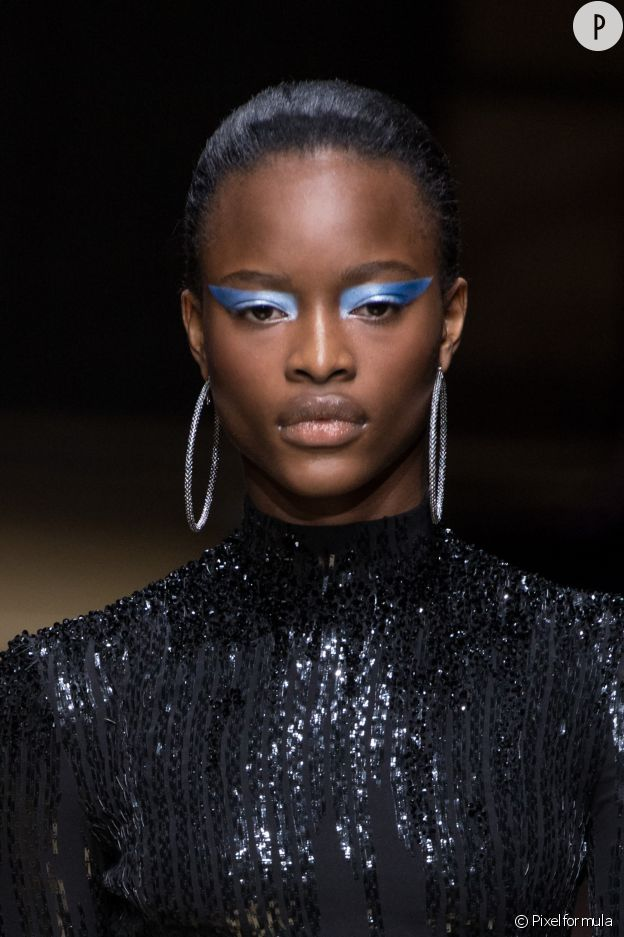 Chez Atelier Versace, l'oeil est bleu et brillant.