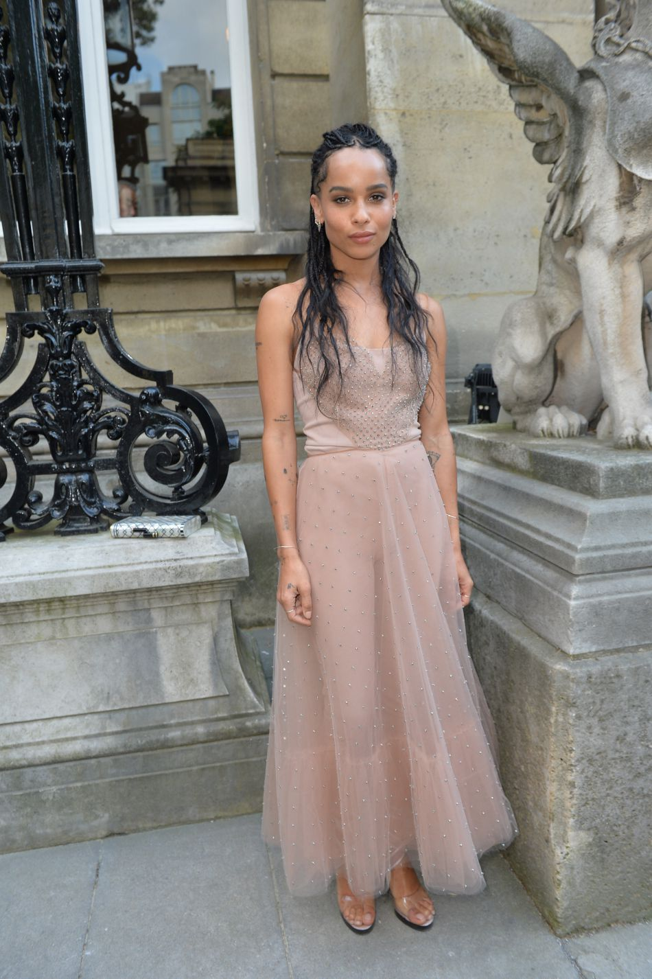 Zoé Kravitz porte une robe nude très chic chez Valentino.