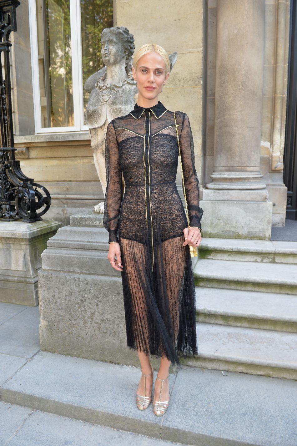 Aymeline Valade opte pour une robe tout en transparence très élégante.