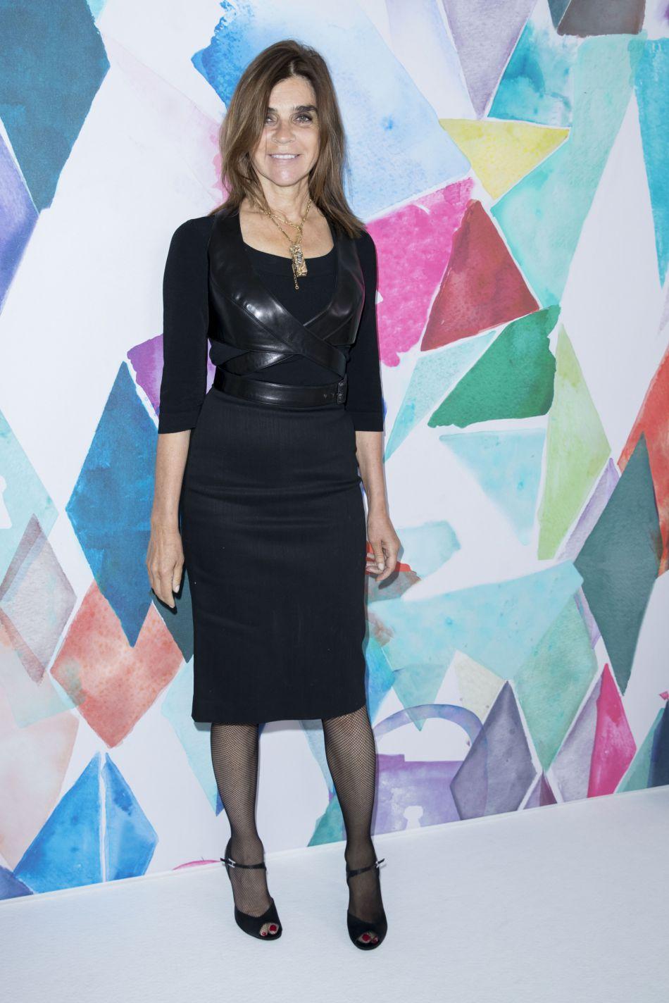 Carine Roitfeld porte un top en cuir très sexy.