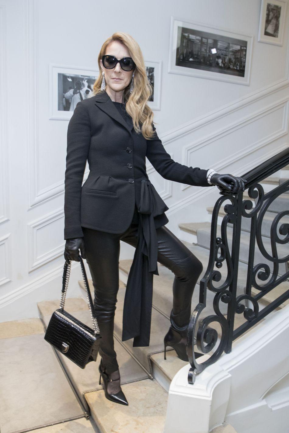 Céline Dion opte pour un pantalon en cuir au défilé Dior.