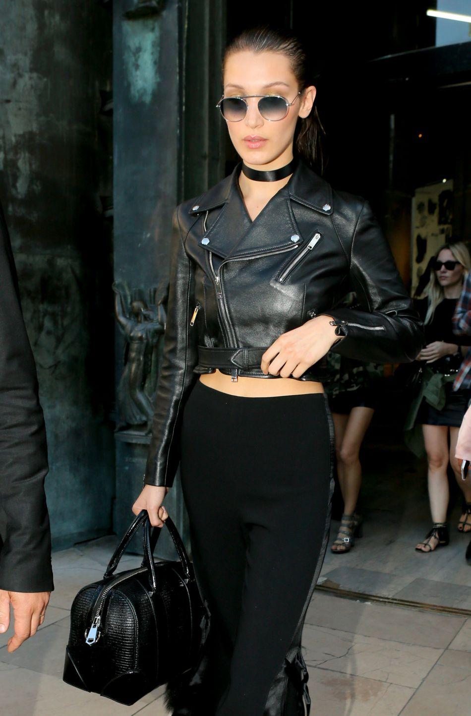 Gigi Hadid opte pour un mini perfecto lors du défilé Versace.