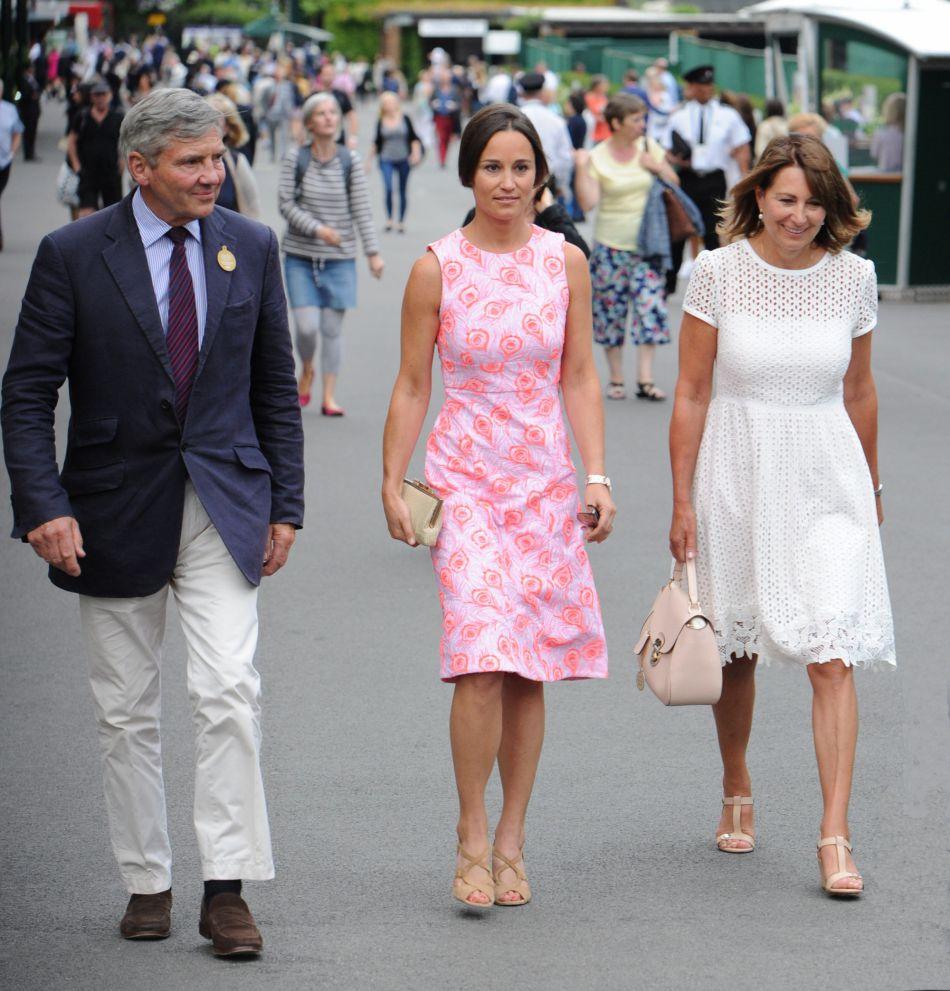 Pippa Middleton et ses parents Carole et Michael. La jeune femme joue les petites filles modèles dans une robe sage.