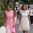 Pippa Middleton et sa mère Carole à la sortie des tribunes du tournoi de tennis de Wimbledon le 6 juillet 2016.