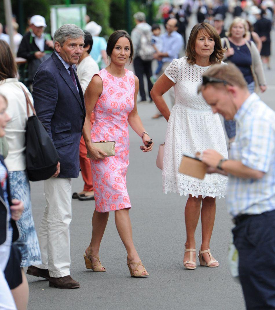 Pippa Middleton et ses parents Carole et Michael à la sortie des tribunes du tournoi de tennis de Wimbledon.
