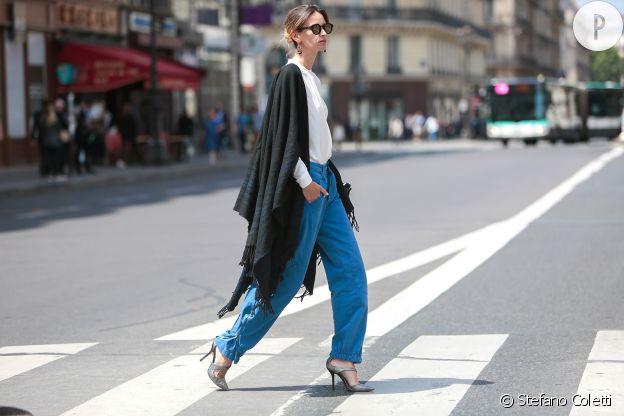 Bleu et retroussé, ce pantalon est chic.
