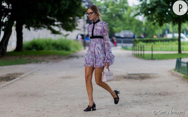 Chiara Ferragni opte pour une petite robe imprimée très printanière.