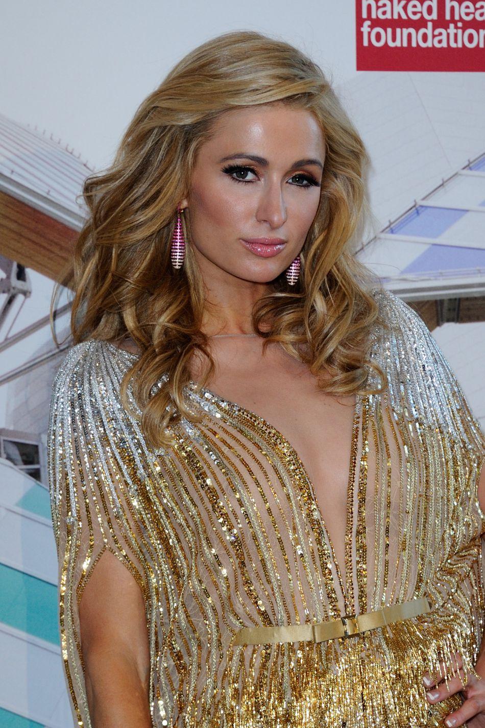 """Paris Hilton pose pour les photographes à la soirée """"Love Ball"""", elle faisait partie des 250 invités triés sur le volet."""