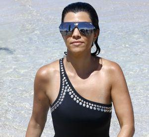 Kourtney Kardashian : trikini gold et pose sexy