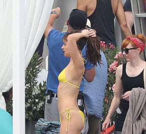Jamie Dornan a soigneusement desserré le bikini de Dakota Jonhson avant de lui masser le dos sensuellement sur un lit de bord de mer pour une scène du film.