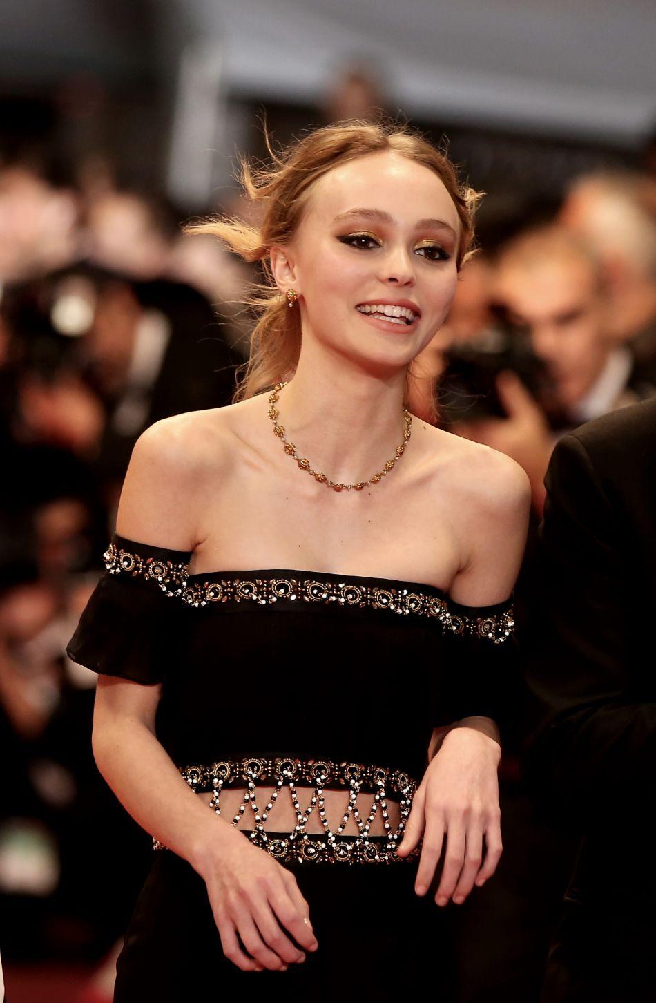 """Lily-Rose Depp à la montée des marches du film """"I, Daniel Blake"""" lors du 69e Festival International du Film de Cannes le 13 mai 2016."""