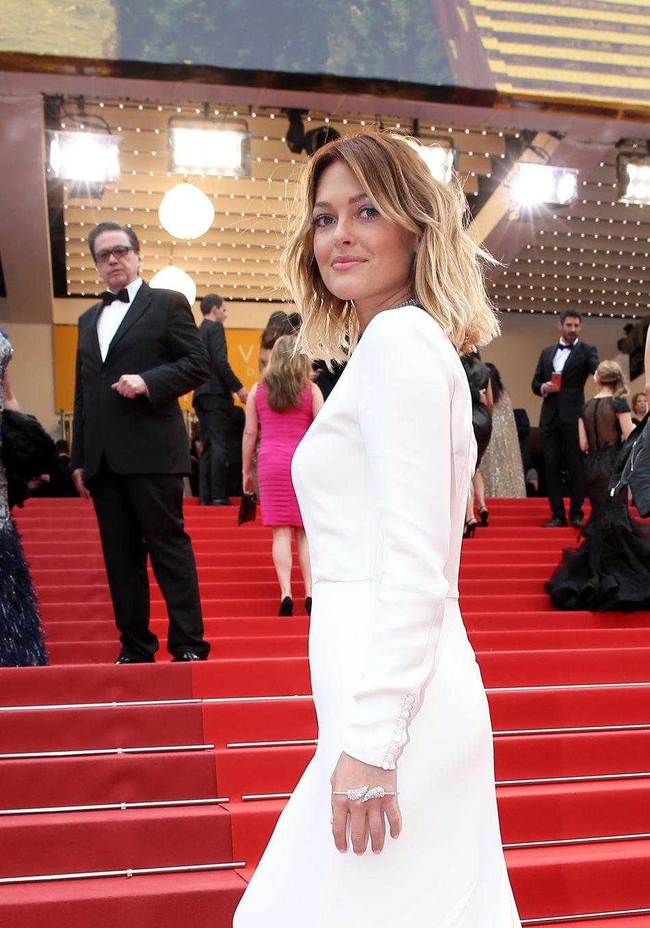 Caroline Receveur affiche sa silhouette svelte en lingerie fine.