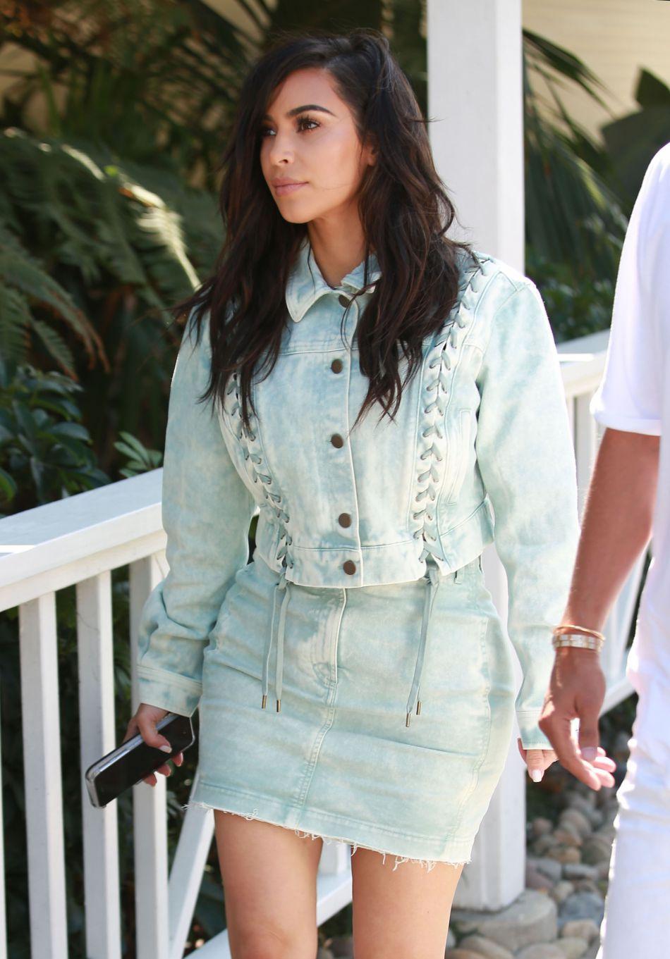Kim Kardashian canon dans son look pastel.