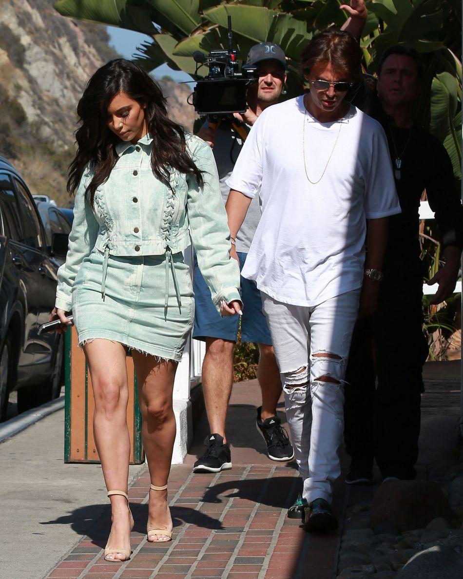 """Kim Kardashian en plein tournage de """"Keeping up with the Kardashians""""."""