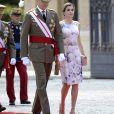 En compagnie de son mari, la reine est rayonnante mais sa tenue ne séduit pas.