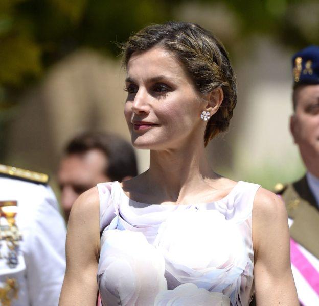 Letizia d'Espagne en sortie officielle, opte pour une robe fleurie.