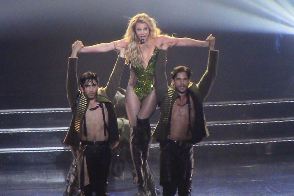 En parallèle, Britney Spears assure un concert en résidence à Las Vegas depuis décembre 2013.