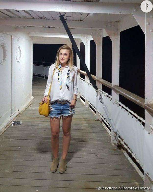 Anne-Sophie porte un sac jaune qui donne du caractère à son look.