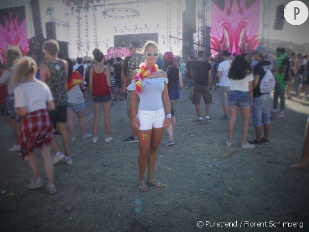Laurence mise sur la tendance de l'été : l'épaule dénudée avec son top Bershka.