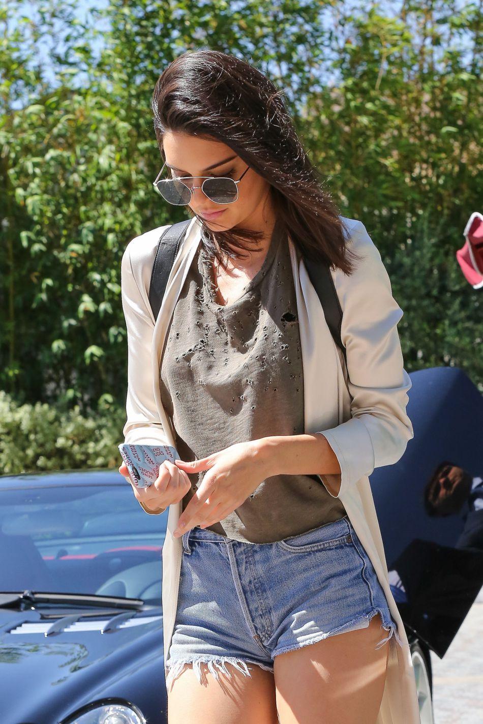 Kendall Jenner mélange les styles à Los Angeles.