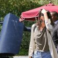Kendall Jenner associe micro short et t-shirt destroy.
