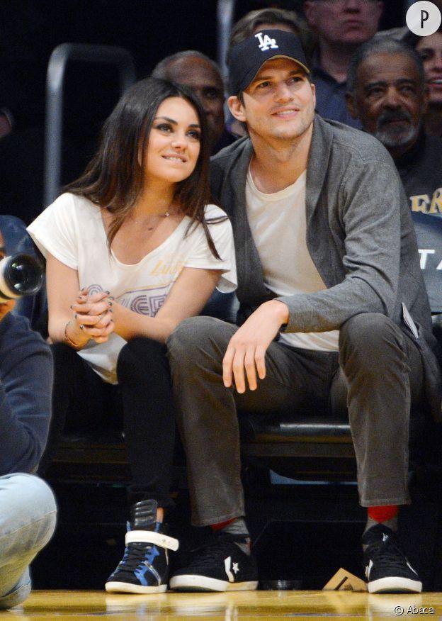 """Ashton Kutcher et Mila Kunis, lors d'un match de basket. Le couple star de la série """"That 70s show"""" attend aujourd'hui son deuxième enfant."""