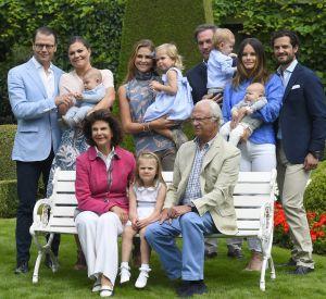 Le prince Daniel, le prince Oscar, la princesse Victoria, la princesse Madeleine, la princesse Leonore, Chris O'Neill, la princesse Sofia, le prince Alexander, le prince Carl Philip, la reine Silvia, la princesse Estelle et le roi Carl Gustav de Suède lors de la traditionnelle photo de famille dans la résidence d'été au palais Solliden à Oland, le 15 juillet 2016.