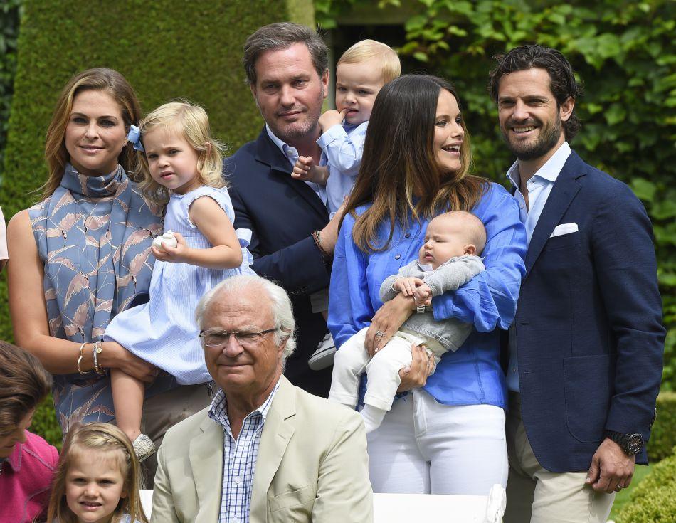 La princesse Madeleine, la princesse Leonore, Chris O'Neill, le prince Nicolas, la princesse Sofia, le prince Alexander, le prince Carl Philip, la princesse Estelle et le roi Carl Gustav de Suède se sont rénuis pour une nouvelle photos de groupe, au grand complet.