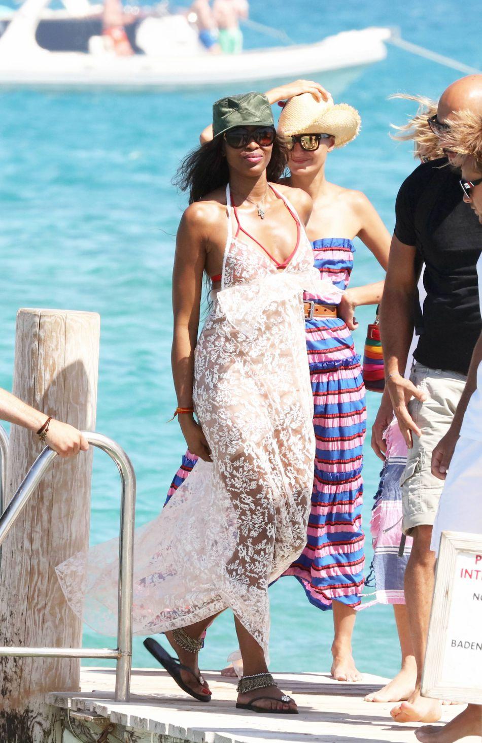 Naomi Campbell : le top se balade en robe transparente à Saint ...