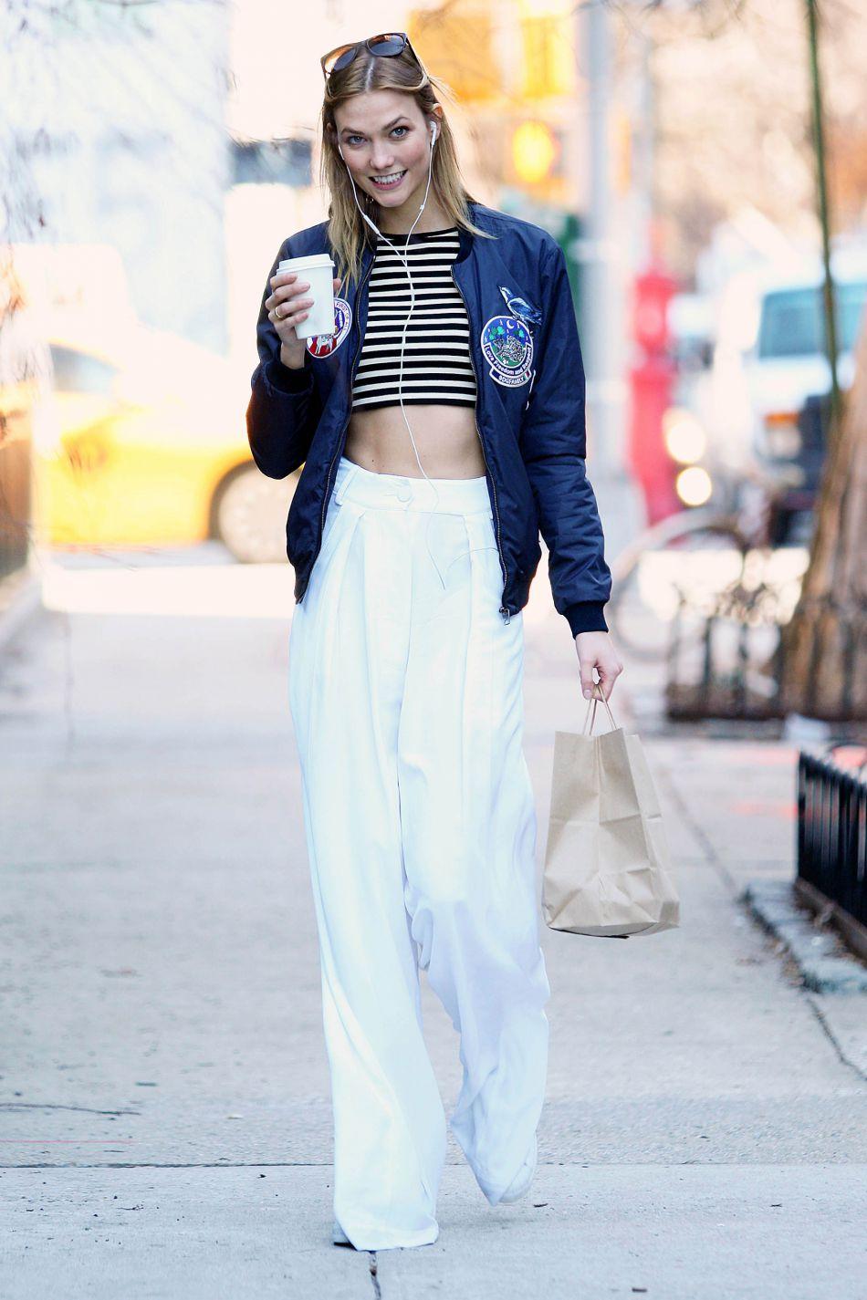 Karlie Kloss préfère un  look casual chic pour porter son crop top.